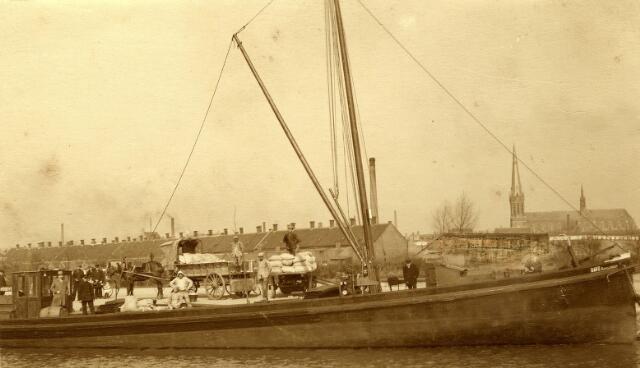 """082719 - Het eerste schip dat op 20 maart 1923 in de Piushaven afmeerde was het motorschip """"Davo"""" dat geladen was met 1500 balen tarwe van meelfabriek Noury & Van de Lande uit Deventer, bestemd voor de firma H. Schraven. (De  Graan- en Meelhandel H. Schraven-Eijsbouts toen nog gevestigd aan de Broekhovenseweg te Tilburg. )"""