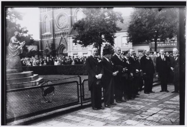103354 - Paleis Raadhuisfeesten. Bij het standbeeld van Willem II.