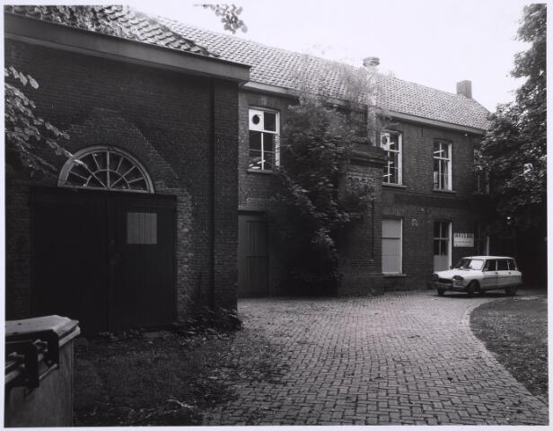023157 - Duvelhok. Werkcentrum voor beeldende expressie. Met voor het gebouw een geparkeerde Citroën ami