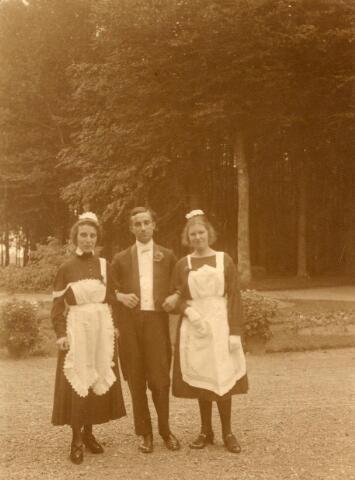 600655 - Emilie Verheyen, haar broer Leo Verheyen en Mary Kolfschoten-Verheyen. Jkvr. Emilie Françoise Rosa Marie VERHEYEN, geb. 11-10-1897 te Loon op Zand, overl. 24-1-1984 te Tilburg, gehuwd op 2-10-1934 te Loon op Zand met  Dr Carel Hendrik, ten HORN (1884-1964). Jhr. Léo Carel Rose Eugène Marie Verheijen, geb. 3-8-1905 te Loon op Zand, aldaar overleden op 12-11-1980.  Zoon van Jhr. mr. Eugènius Jean Baptist Josephus Marie VERHEYEN, Heer van Loon op Zand en van  Jkvr. Rose Françoise Leonie Marie  van NISPEN TOT SEVENAER, geb. 11-4-1869 te Zevenaar, overleden 31-10-1944 te Saint Hubert (Blg). Links Jkvr.  Maria (Mary) Johanna Anna Emilia VERHEYEN (Den Bosch 1883 aldaar overl. in 1927), gehuwd in 1907 in Den Bosch met advocaat en procureur Mr. George M.J. KOLFSCHOTEN (1875-1955)