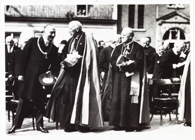 008942 - Onthulling van het monument voor Petrus Donders. vlnr: burgemeester mr. dr. F.L.G.Z.M. Vonk de Both, mgr. Diepen, mgr. van Roosmalen.