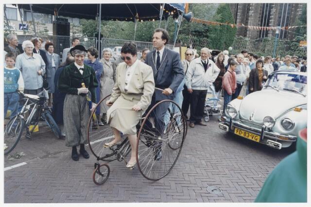 91340 - Terheijden. De Traaierie in Terheijden.  P.v.d.A. - burgemeester Hans (J) van Brummen (1989 - 1997) fietst als eerste op een antieke fiets waar de Brabantse Gedeputeerde mevrouw Jacobs voorop heeft plaats genomen, door de gerenoveerde dorpskern.
