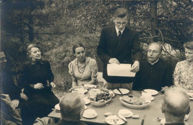 650754 - Brabants Studenten Gilde. Onze Lieve Vrouw van de Goede Duik. Sjef van Delft leest voor aan een gezelschap picknickers in de Brabantse bossen.