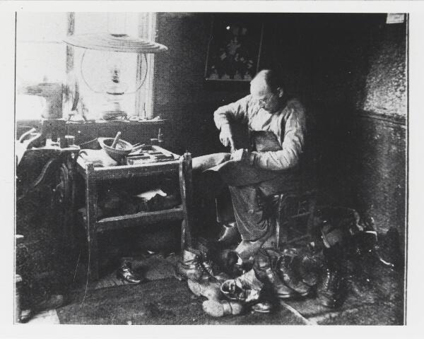 055605 - Hilvarenbeek, schoenreparatie 1924.