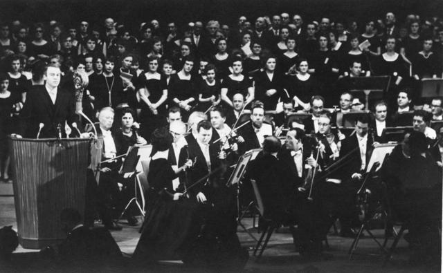 1238_F0013 - Het Brabants orkest op het podium tijdens de opening van de Schouwburg.