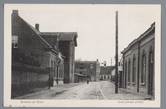 057946 - Gilze, de Oranjestraat in 1918 thans Bisschop de Vetplein. Links slagerij Rubbens en woonhuis van A. Hoevenaars en op de achtergrond op de hoek van de Nieuwstraat de boerderij van de gezusters Bleek stiefdochters van Beekx. Rechts de woningen van mejuffrouw A. de Jong en koster J.P. Broks.