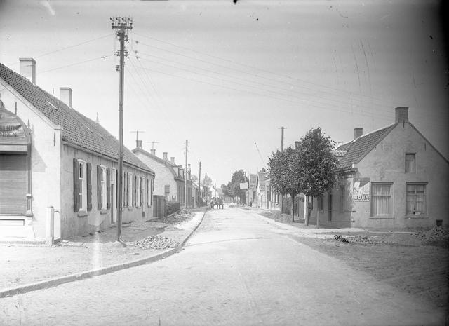 095041 - Dorpsbeelden Made. Straatbeeld in de jaren '30. Op de achtergrond een paard met wagen.