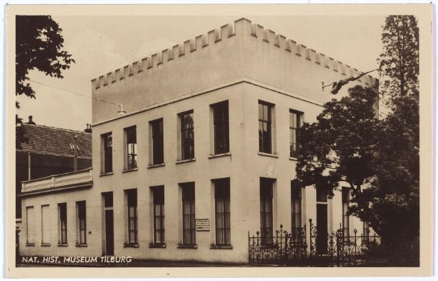 002535 - De voormalige intendantswoning bij het paleis van koning Willem II aan de Paleisstraat nr. 20. In 1859 werd het intendantshuis bij notariële akte voor niets geschonken aan de familie Frankenhoff. Vermoedelijk in 1872 werd het gebouw de dokterswoning van Frans Kieckens, heel- en vroedmeester. Hij werd opgevolgd door zijn broer Charles Kieckens, gepensioneerd officier van gezondheid. Vanaf 1892 tot september 1932 was het pand in gebruik als kantoor en woning van notaris P.W. Maas. In 1935 werd het samengetrokken met de laagbouw links, Paleisstraat 18 tot 1933 kantoor van het burgerlijk armbestuur. De benedenverdieping bood vanaf 1935 onderdak aan het Natuurhistorisch Museum. Op de bovenverdieping werd een jaar later het Nederlands Volkenkundig Missie-museum geopend. In 1963 werd het gebouw Paleisstraat 18/20 gesloopt. De musea moesten een nieuw onderkomen zoeken. Na een verbouwing verhuisde het Natuurhistorisch Museum eind 1963 naar een leegstaande fabriekshal van de voormalige wollenstoffenfabriek Sträter aan de Kloosterstraat. Met de tentoonstelling 'Mens tegen insekt' nam het museum afscheid van de voormalige intendantswoning. Door ziekte van conservator pater Wittenburg van het Nederlands Volkenkundig Missie-museum werden er na het vertrek uit de voormalige intendantswoning in 1963 twee jaar lang geen tentoonstellingen meer gehouden. De nieuw conservator werd pater  Pubben, geboren te Reuver op 17 januari 1909, lid van de congregatie van de paters van de heilige geest te Gemert en missionaris in Angola. Sinds 1959 was hij conservator van het Afrika-museum in Berg en Dal en studeerde hij antropologie aan de universiteit van Nijmegen. Onder de nieuwe conservator werd voormalige fabrieksruimte aan de Kloosterstraat nr. 24 in gebruik genomen. Het museum werd heropend op zaterdag 19 maart 1966 door mgr. Alfrink, die constateerde dat het museum niet gezien mocht worden als een rariteitenkabinet, maar als een middel om de cultuur en de historie van de volkeren i