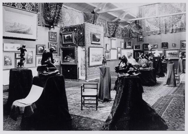 103827 - Tentoonstelling. Tentoonstelling Stad Tilburg 1909 gehouden van 15 juli - 8 augustus 1909  Handel Nijverheid en Kunst. Het tentoonstelling-terrein was gelegen aan de 1e Herstalse Dwarsstraat (tussen Boomstraat en Industriestraat). Kunstzaal.