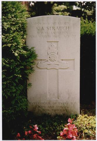 045741 - Tweede Wereldoorlog. Graf C.3.6 op de begraafplaats van de parochie St. Jan. Hier rust Kenneth A. Strauch, Bdr., 22 jaar oud, gesneuveld op 15 maart 1945, Royal Artillery, toegevoegd aan het 652. Air Observation Post Squadron R.A.F.