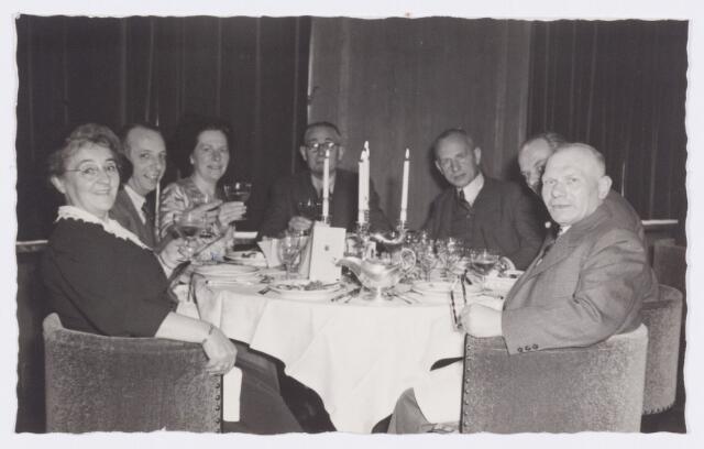 053354 - Koninklijke Bezoeken. prins Bernhard brengt een werkbezoek aan Tilburg; tijdens het noenmaal in het paleis Raadhuis;