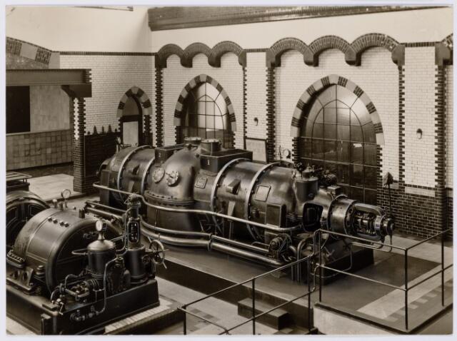 104160 - Energievoorziening. Gas- en Electriciteitsbedrijf (GEB). De bouwwerken voor de electriciteitsfabriek naast de gasfabriek zijn in volle gang en daarmee ontstaat het GEB , het gas- en electriciteitsbedrijf. Op 24 juni 1911 kan de levering van electriciteit plaatsvinden. In september 1954 wordt de electriciteitsproductie overgedragen  aan de PNEM; na 1958 is de centrale in Tilburg ontmanteld en gesloopt; Bij de komst van het aardgas verdwijnt ook het gasbedrijf.  De machinekamer in het gasfabriek;Ljungström-turbine in bedrijf sinds 1930