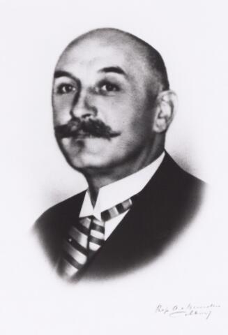 011357 - Jules Joseph Marie GIMBRÈRE werd geboren in 1886 in Tilburg. Ten tijde van zijn eerste huwelijk was hij arts in Wenen, later was hij directeur van de GGD. Hij trouwde in 1914 in Oisterwijk met Elisabeth Hendrina Aghina (Alkmaar 1884 - Tilburg 1928). Zij was keel- neus- en oorarts en nam in 1917 de praktijk over van de overleden KNO-arts Wijers, en zij vestigde zich op de Spoorlaan 98. Jules Gimbrère hertrouwde in 1930 in Nijmegen met Ottilie Bahlmann (Dresden 1885 - Tilburg 1934) en in derde huwelijk met Aaltje Dethmers (Wedde 1904 - ) (reproductie; origineel niet in collectie aanwezig)
