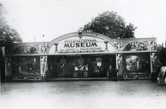 065982 - Kermis. Internationaal Museum voor Kunst en Wetenschap. De eerste kermisattracties bestonden onder andere uit rariteitenkabinetten. Hier kon je allerlei vreemde taferelen en bekende mensen en dieren bekijken.
