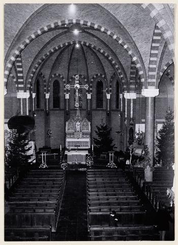 065262 - R.K. Antoniuskerk in Riel werd in 1895 gebouwd ter vervanging van de oudere kerk; de pastorie werd gebouwd in 1870; in 1927 werd het H. Hartbeeld geplaatst.