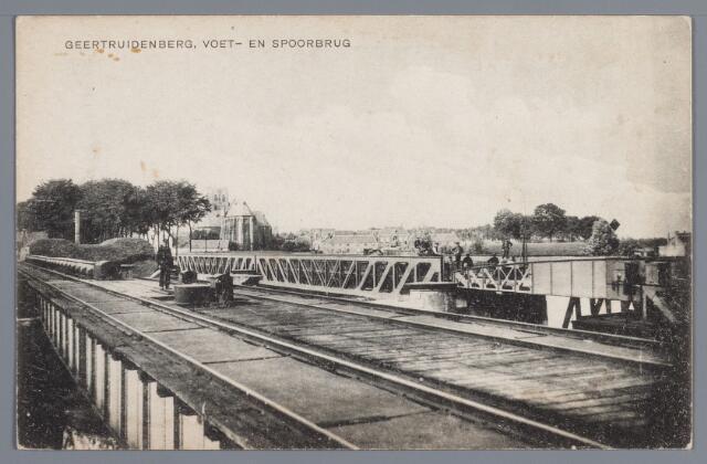 058095 - Voetbrug en spoorbrug in 1916; zo Geertruidenberg inkijkend heeft men een onbelemmerd uitzicht op de grote kerk en het oude mannen- en vrouwenhuis; links en rechts nog de wallen