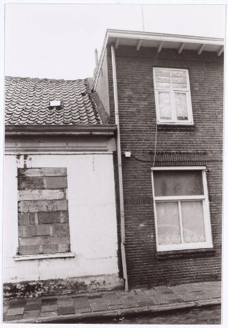 017109 - Scheiding tussen een slooppand (links) en een woning aan de Capucijnenstraat begin 1981