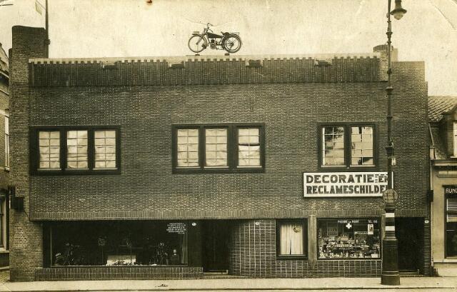 200525 - Op de plaats Noordstraat 7,7a,7b (het oude molenhuis) bouwde H.C. Vorselaars een winkelwoonhuis voor zijn zoon Adrianus Vorselaars (motoren/fietsen), een grote bovenwoning en een winkelwoonhuis waarin Pierre de Kort een drogisterij had. Vele jaren stond op het dak een kleine motor als blikvanger.