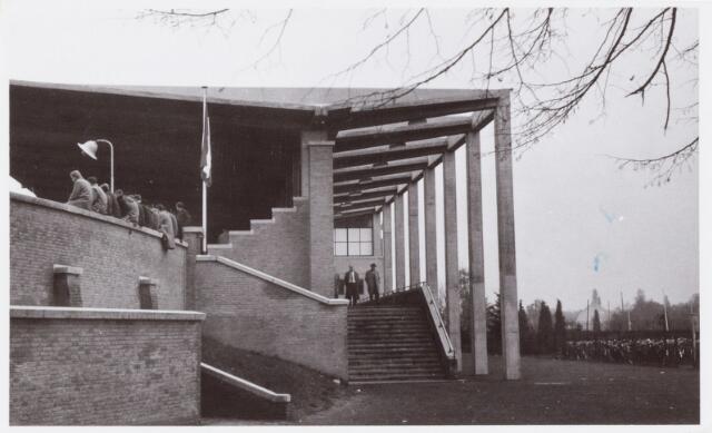 054081 - Sport. Voetbal. Willem II. EEn beeld van de oude hoofdtribune van het Gemeentelijk Sportpark Tilburg, waar Willem II de vaste gebruiker van was. Deze tribune werd begin jaren negentig van de vorige eeuw vervangen door huidige tribune.