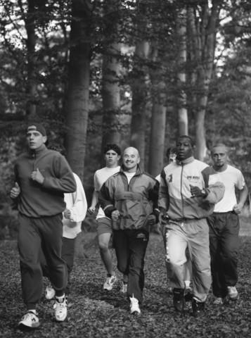 TLB023000951_003 - Peter Ooms en anderen trainen in het bos.