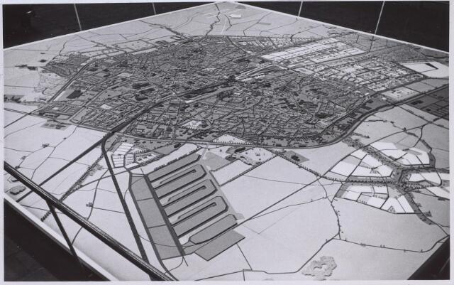 026253 - Algeheel overzicht van een maquette van Tilburg
