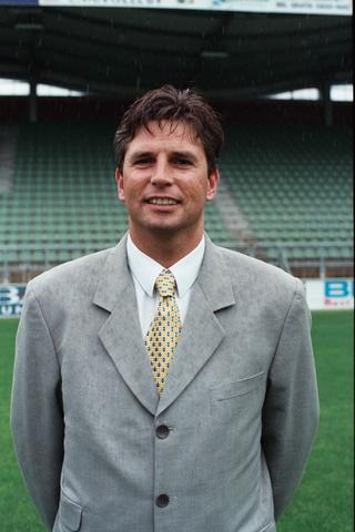 1237_009_669-2_007 - Sport voetbal Willem II technisch-directeur Martin van Geel in 1998 (Goirle 1960). Begon zijn carrière bij Willem II als voetballer in de seizoenen 1977-1979. In het seizoen 1989/90 keerde hij terug naar de TIlburgse club en speelde hier tot 1995. Waarna hij werd aangesteld als technisch directeur, deze functie zou hij zeven jaar vervullen. Uiteindelijk keerde hij in 2019 weer terug naar Willem II waar hij werd aangesteld als algemeen directeur.