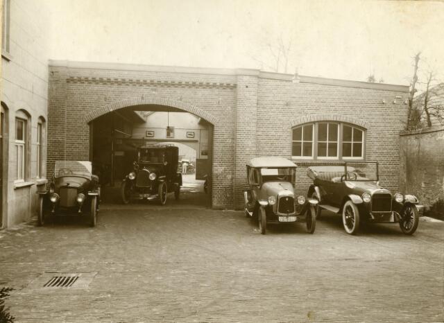200094 - Binnenplaats garage Knegtel. Links kantoor en magazijnen.