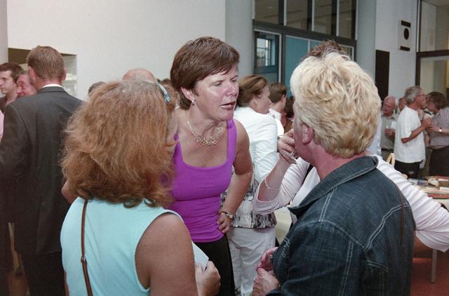 1237_001_023_019 - Cultuur. Een feestelijke presentatie van een nieuwe voor stelling bij de Tilburgse Revue op 12 september 2004.