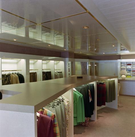 1237_012_967_009 - Ondernemers. Winkels. Kledingzaak. Het interieur van Esterelle Mode aan de Korvelseweg in juli 1993.