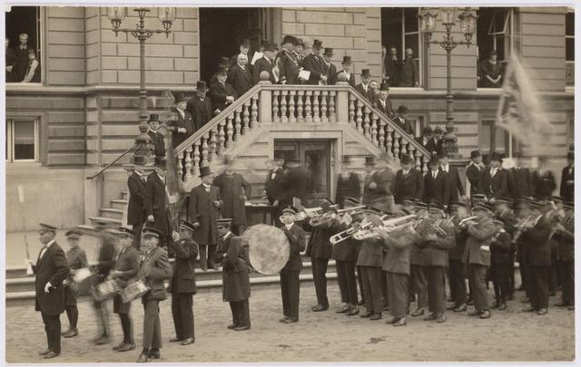 103410 - 12 1/2-jarig ambtsjubileum van burgemeester mr. dr. F.L.G.Z.M. Vonk de Both. Serenade van een harmonie tijdens het defilé.