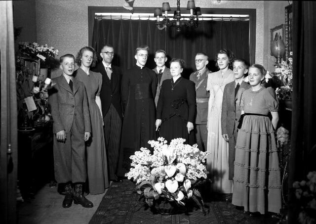 650641 - Schmidlin. Pater Van Grinsven met zijn familie op de dag dat hij zijn plechtige eerste mis celebreerde. Foto maart 1948.