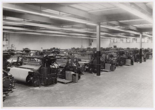 037741 - Textielindustrie. Gedeelte van de grote weverij van wollenstoffenfabriek Enneking. Deze weefstoelen waren voorzien van een inrichting voor het automatisch wisselen van de inslag als de pijp in de spoel bijna leeg was
