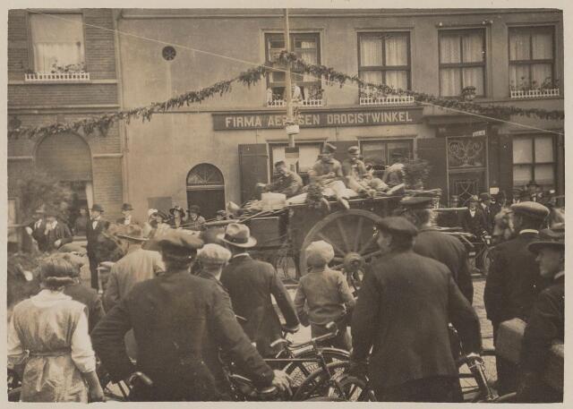 100201 - Huis van Oranje. Praalwagens tijdens het regeringsjubileum.