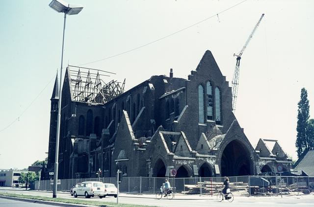 413_00015 - Afbraak Noordhoekse Kerk. R.K. parochiekerk H. Hart van Jezus