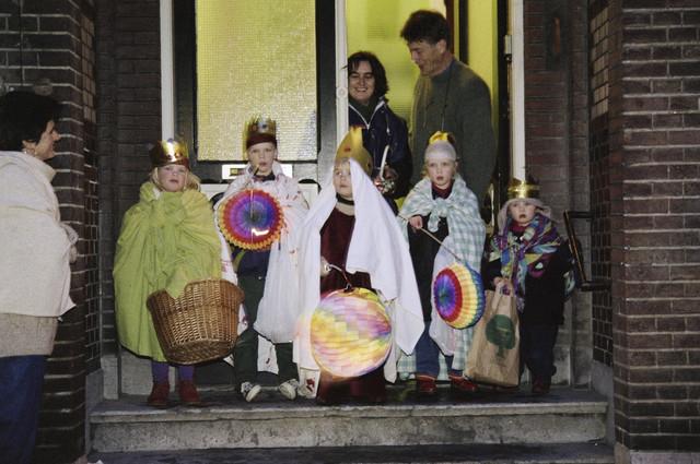 TLB023000638_003 - Als koning verklede kinderen met lampionnen bij het Driekoningenzingen.