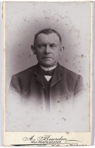 004630 - Adriaan (AD) van den HOUT, overl. rond 1908, van beroep leerlooier. Hij had ook de functie van armmeester. Hij was gehuwd met Piternella de Bresser, vader van Petrus Hubertus (Piet) van den Hout, leerlooier (geb. 19-9-1882), gehuwd met Catharina Gerardina Teurlings.