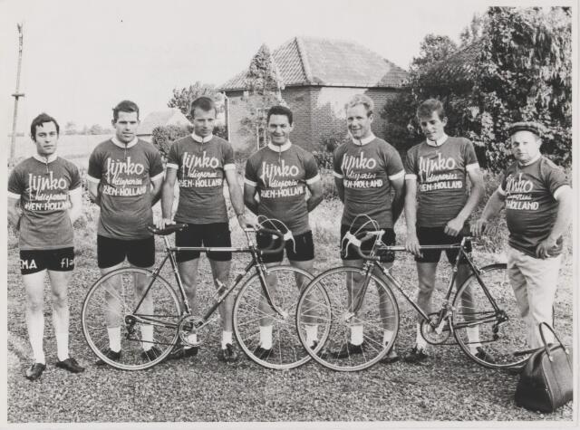 082125 - Wielrennen. Rijen. Op de foto de Fijnko ploeg met rechts de ploegleider