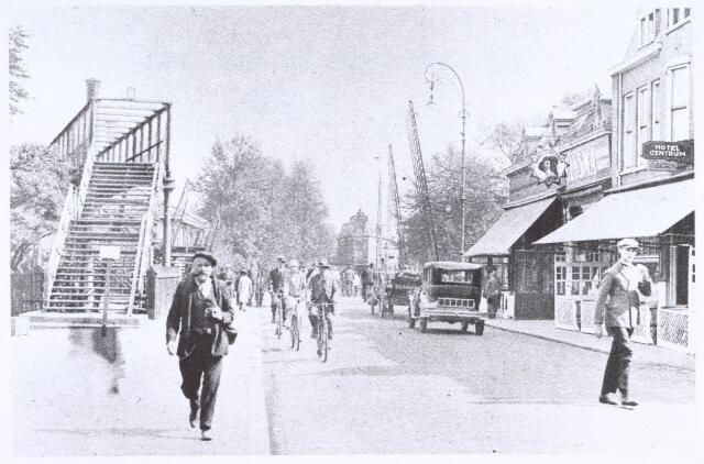 020772 - Noordelijk deel van de Heuvel, gezien in de richting van de Koestraat, omstreeks 1929. Links de voetgangersbrug