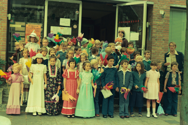 1237_012_978_017 - Religie. Kerk. Katholiek. Communicanten. De eerste Heilige Communie in de Sint Lidwina parochie in mei 1976.