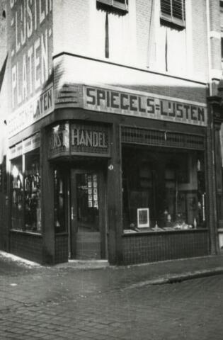 600507 - De kunsthandel van Spiegel- en lijstenmaker J.A. Van Erp-Broekhans aan de Heuvelstraat 31.