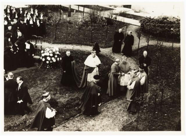 009366 - Kloosters. Het 100 jaar bestaan van de Zusters van Liefde aan de Oude Dijk.