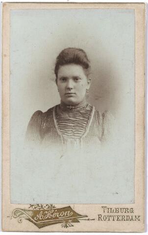 005053 - Mien LINDERS, een van de zussen Linders