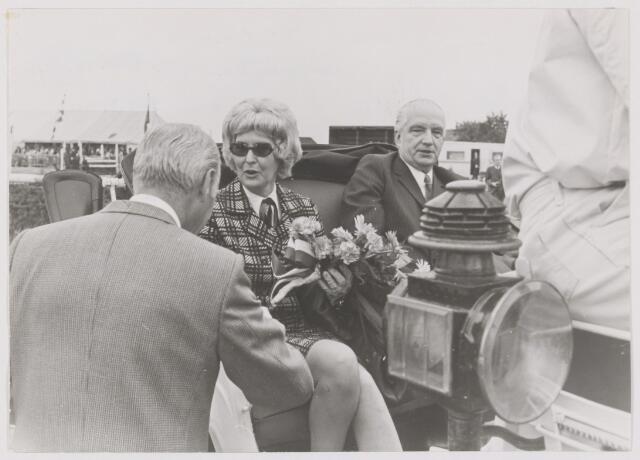 """082071 - Paardensport. Viering 75-jarig jubileum landelijke Ruitervereniging """"Wilhelmina"""" uit Gilze. Op de foto burgemeester Ballings met zijn echtgenote"""