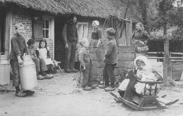 064183 - De familie Van Asten op het erf van hun boerderij op 't Endeke in Udenhout. De foto is duidelijk in scene gezet. Het kleine meisje op de voorgrond draagt een witte muts van haar moeder. Op de foto, genomen door een ingekwartierde soldaat, v.l.n.r.: Kees, Tinus, Piet (Petronella getrouwd met Harrie Oerlemans), vader Bart van Asten, Janus, met mutsje moeder Jans Kolsters, Frans (broeder Chrysostiomus), Marie (getrouwd met Bart Vriens en later met Jan van Geel),  Jana (getrouwd met Graard Brabers) en Fien (getrouwd met Kees van den Oetelaar). Dochter Bertha was niet thuis op het moment dat de foto genomen werd