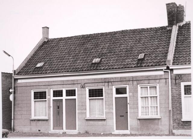 030889 - De Schoolstraat hoek Vincentiusstraat. Huisnummers 32, 34 en 36. Op nummer 32 woonde familie De Bruin, op nummer 34 woonde Beth Kolenhuis en in nummer 36 woonde de familie Kraak-Horsten (van 1924 tot 1958).