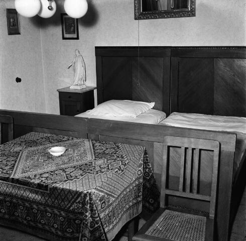 050665 - Pastoor W.J.J. de Klijn (1881-1958) overleden te Tilburg begraven te Raamsdonksveer.  Interieur pastorie, slaapkamer.