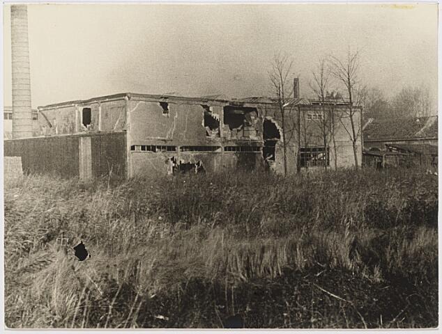 012436 - Tweede Wereldoorlog. Vernielingen. Zwaarbeschadigde textielkfabriek van Verschuuren - Piron in Koningshoeven. Vanuit deze fabriek werden de Schotten door een groep fanatieke Duitsers onder vuur genomen