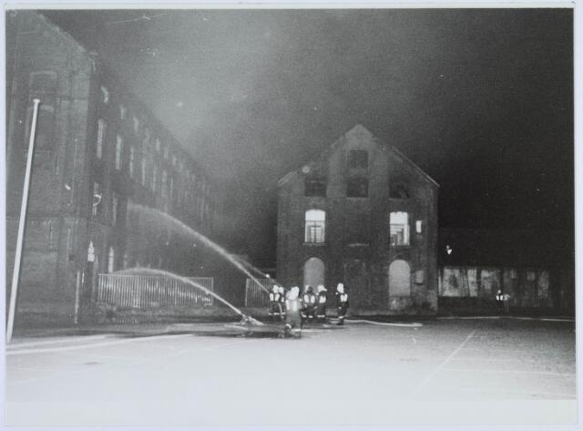019383 - Textielindustrie. Brand in het complex van de voormalige wollenstoffenfabriek W. Schoenmakers. Tot 1958 was het eigendom van de firma Eras. Na het faillissement van Schoenmakers was er cartonnage Van Opstal gevestigd. Het werd in 1875 gebouwd