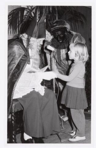 038739 - Volt. Oosterhout. Sint Nicolaasviering voor de kinderen van het personeel in 1959. Fabricage- of productie vond in Oosterhout plaats van april 1951 t/m 1967. Sinterklaas. St. Nicolaas