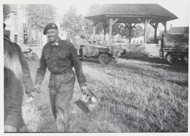 055625 - WOII; WO2; Hilvarenbeek, bevrijding Engelse troepen op de markt (Vrijthof) op 4 okt. 1944.